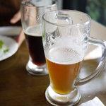 福生のビール小屋 - 2011/10 多摩の恵 ペールエール(手前) ミュンヒナーダーク(奥)