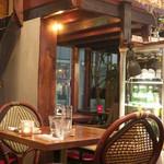 ニド・カフェ - ビストロと言えばの籐椅子