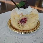 シャンゼリゼ - 濃厚なケーキの中にはチェリーソースがIN