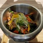 98487964 - 野菜も牛タンもたっぷりの「炙り牛タンのライスボール ~さっぱり塩サラダ仕立て~ (1280円)」