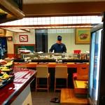 寿司・創作和食 剣寿司 - 入口を入ると正面にカウンター席