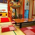 寿司・創作和食 剣寿司 - 畳の間から桟橋を渡るとカウンター席の厨房。東京は足立区入谷のお寿司屋さん。