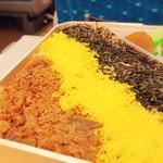 東筑軒 - ごはんの上に敷き詰められた鶏肉、錦糸卵、刻み海苔のコントラストがなんとも美しいトリコロール♡