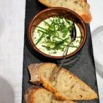 98496661 - セルヴェル・ド・カニュ=チーズソースをパンに塗って