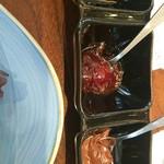 98506854 - ハチミツ、イチゴジャム、チョコクリーム