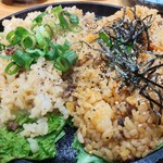 串屋横丁 - 縄文飯ハーフのにんにく醤油味680円とキムチ味780円の2種が一皿で