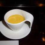 六本木モンシェルトントン -  糖度の高いくり南瓜を使用した冷製のパンプキンスープです。