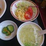 チャイナドール - スープ、ザーサイ、サラダ。