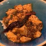 雲林坊 - 汁あり坦々麺と小麻婆豆腐かけご飯セット1,250円の麻婆豆腐かけご飯のアップ