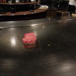 六本木モンシェルトントン - 北海道産の特撰サーロインを、鉄板の上で焼いている様子です。