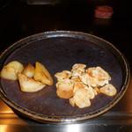 六本木モンシェルトントン -  新ジャガイモとニンニクのスライスの鉄板焼が、出来上がった様子です。