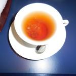 六本木モンシェルトントン - 紅茶に角砂糖を入れた様子です。