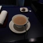六本木モンシェルトントン - ミルクを入れた紅茶です。