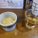 98529973 - 今回は「和牛スジ肉の赤ワイン炒めのオムハヤシ」1350円をチョイス。即座にお茶、スープが目の前にスタンバイ!