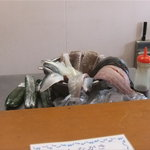 ととろお食事処 - カウンター越しに新鮮なぉ魚の切り身たちが見えましたょ~☆