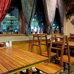 キャラウェイ - ウッディーなテーブルとイスが雰囲気ある店内