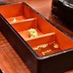 芋蔵 - 【さつま大地のさくら島のっけ盛り@2,680円:黒豚2種、黒牛、桜島鶏】タレ、薬味
