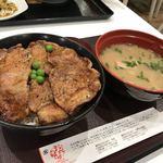 98531483 - とん汁と豚丼のセット@920円に肉1枚@140円プラス