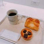 グラムズカフェ - アップルパイ 税抜280円(上)、ダークチェリータルト 税抜260円(下)と本日のコーヒー Sサイズ 税抜280円