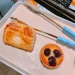 グラムズカフェ - アップルパイ 税抜280円(左)、ダークチェリータルト 税抜260円(右)