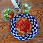ザ ロケット カフェ - ツナとチーズのトマトソースパスタとミニサラダ