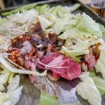 亀八食堂 - お肉は上ロースと牛ホルモンをトッピング!