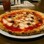 SALVATORE CUOMO & BAR - 気まぐれピッツァ  Mサイズ=30cmくらいで1470円ながら水牛モッツァレラに変更で1870円(税別)。