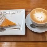 98547299 - かぼちゃのパイとカフェラテ