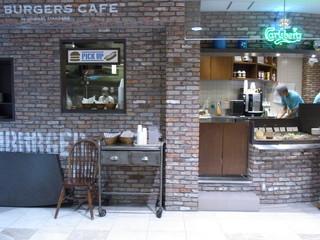 J.S. BURGERS CAFE ルミネ池袋店 - カウンター横の受け渡し場所へとりに行きます