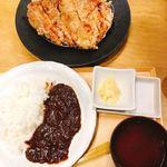 98562567 - スーパー山賊焼定食 1,280円                        山賊焼、カレーライス、小鉢、鶏スープ付