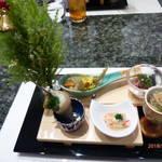 98565839 - 八寸(松阪牛のタルタル トリュフかけ、ワカサギの南蛮漬け、つぶ貝の洋風焼き、蟹身のカニ味噌添え、白魚としんとり菜のおひたし)