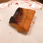 村上重本店 - さらに三条「松木屋」さんでお歳暮にもらった鮭の味噌漬けも焼く。時計は貰えないが(笑 通っていればこういう「役得」もあり。完璧に晩酌になってしまった。