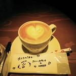 武相庵 LIBRARY&HOSTEL - 小さめカップのカフェラテは430円ながらモーニングのセットなら300円(税込)。
