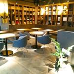 武相庵 LIBRARY&HOSTEL - 写真は翌朝の様子ですが、カフェスペースは、オープン1週間目の日曜の夜には賑わっていました。カフェでもWi-Fiは使えます。