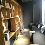 武相庵 LIBRARY&HOSTEL - 2階のドミトリー部分。通路は巷のドミより広くとられており、昼くらいから?チェックインの16時までは開放しているみたい。面白いですよね、本棚と幾つもの一人用ベッドが一緒になっているのは。