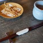 くくり - 料理写真:蕎麦あられ