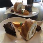 98585224 - ロールケーキ、ガトーショコラ、生チョコ、カットフルーツ