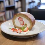 キッサ マシマロ - 料理写真:2018年再訪:黒糖と苺のロールケーキ☆