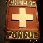 チーズフォンデュのブルーパロット - スイス国旗の看板