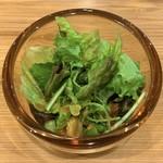 昭和ぐるめ横丁 - お通しのサラダをひっくり返す