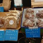 宮戸つばめ食堂 - ル・ニ・リロンデールの焼き菓子とパンがあります。