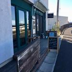 チーズカフェ ウルーム - 外観 川沿いに入り口があります。
