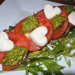 居酒屋ぼーの - トマトとモッツァレラチーズのサラダ・バジルソース790円