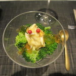 Restaurant MAEKAWA - カリフラワーのムース ブロッコリ・カニ身・コンソメ