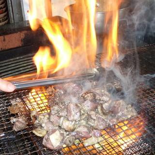 """香ばしい炭火で炙る""""大山どり料理""""をどうぞ!"""