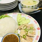 タイーヤータイ - スープ付きのカオマンガイ