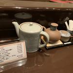 天ぷら ひさご - 卓上には天つゆ、醤油、塩