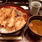 天ぷら ひさご - 天丼 980円 赤だし、サラダ、香の物がついてます。