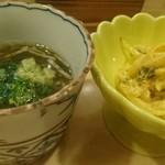 98639149 - お通しの白魚のウニ和えともずくと長芋の酢物。