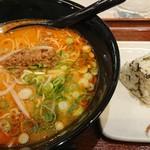 楽らく - 担々麺は、駅ナカらしく、とんがってないフツーの美味しさ。おにぎりは、ちと小振り。